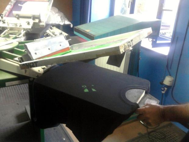 Primera pasada de verde a una camiseta de Vim de Freewear.org